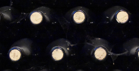 Bottiglie di vino tappate